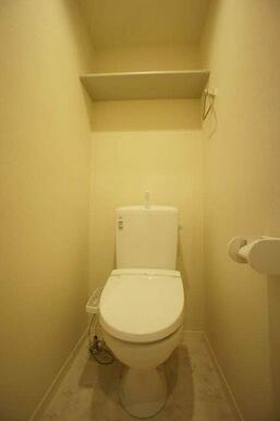 【トイレ】温水洗浄便座です♪上部にはうれしい棚付き♪タオルホルダーもございます☆