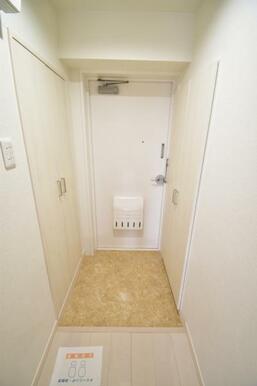 白で統一された玄関