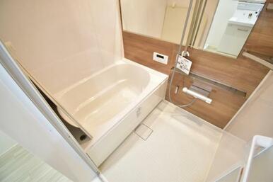 一日の疲れを癒す、清潔感溢れるバスルーム