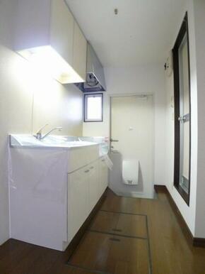 キッチン部分☆奥が玄関ドア、足元に床下収納庫あり