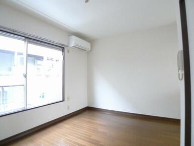 洋室☆もちろんエアコン付き、サッシ枠には雨の日などに便利な室内用物干し金具あり