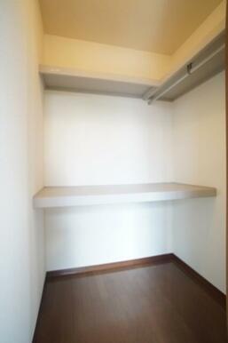 洋室にはお部屋を広く使えるウォークインクローゼットが付いてます。内部には収納棚、ハンガーパイプも付い