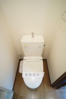暖房洗浄便座、ペーパーホルダー、タオルハンガー付トイレです。
