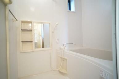 換気窓のある明るい、シャワー、鏡付ツールBOX付のバスルームです。