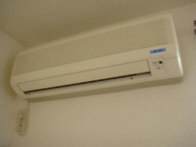 洋室にはエアコン1台設置致しております。