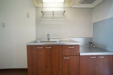 木調面材の落ち着いたキッチンです。
