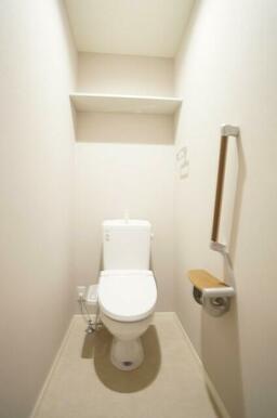 トイレにはあると便利な手すりとシャワートイレ付き♪