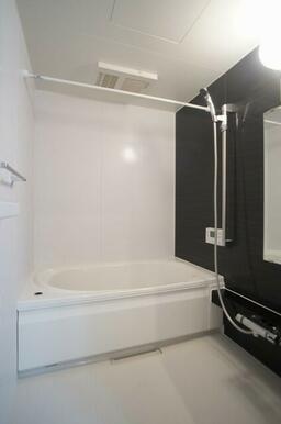 浴室には雨の日に重宝する浴室乾燥機&物干し竿付き♪またシャワーの高さを調整出来るスライドバー&温度調