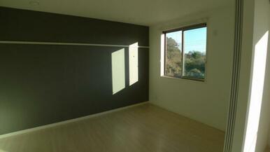洋室は7.2帖のスペースです。 アクセントクロスが印象的なお部屋です★
