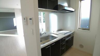 キッチンは鏡面仕上げとなります。 キッチン脇にはスィングサッシを設置していますので自然換気出来ます☆