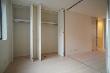 【洋室】収納はハンガーパイプ付きですので、衣類の収納に便利です♪
