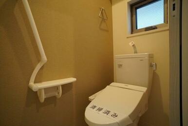 【トイレ】温水洗浄機能付きです☆ 上部にはペーパーストック可能な棚が御座います♪