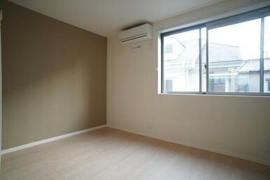 【洋室】6.0帖のお部屋です☆ 洋室にもエアコンが御座います☆ アクセントクロスを使用しております♪