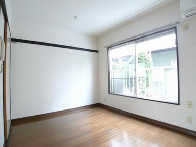 南向きで明るい洋室☆奥の壁面に化粧幕板あり、床はフローリング仕上げです