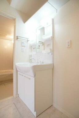 ☆シャンプードレッサーは一面鏡タイプです◎洗濯機置き場上部には棚板があります☆ストック置き場にご利用