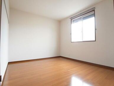 洋室もシャッター付窓で、防犯も安心。通風良好です