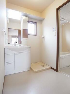 シャワー付き洗面台で急ぎの朝も安心。小窓もあり