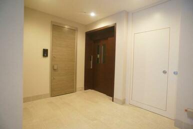 建物館内には共用エレベーターがあり、重宝致します。