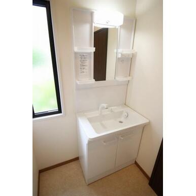 とにかくシンプルな洗面所は、インテリア自在