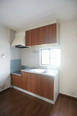 ☆キッチン☆上下に収納があり、フライパンや鍋、お皿などいろいろ収納できます☆