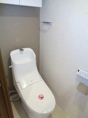 温水洗浄便座付きトイレで、上には収納棚も完備。