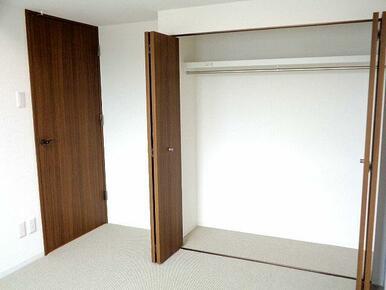 【洋室1】約5.8帖、収納付きのお部屋です。