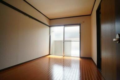 5.4帖の洋室です♪床はフローリング調クッションフロア♪