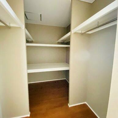 2階9.6帖洋室のウォークインクローゼット。中段があり布団も収納できます!