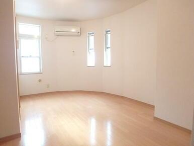 窓が多く明るい居室