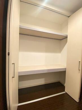 1階廊下の収納になります。